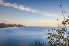 Cirali海海湾、天空、云彩和山看法  免版税库存图片
