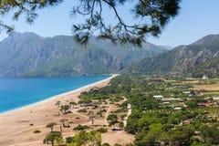 Cirali的观察台在土耳其 海的全景反对坚固性山背景的  免版税库存图片