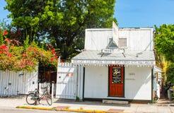 Circa äldst äta Juli 2010 Key West för det nyckel- Florida USA Pepes kafét stämmer huset i Florida det lilla vita kafét och stekh arkivbild
