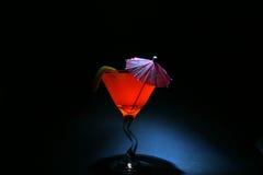 Circa 5 una seconda volta avvolge l'esposizione della lampadina di aka di liquido arancione in un vetro del martini illuminato in  fotografia stock libera da diritti