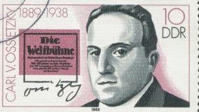 ΓΕΡΜΑΝΙΑ - CIRCA 1989: ένα γραμματόσημο που τυπώνεται στη Γερμανία παρουσιάζει Carlvon Ossietzky, circa το 1989 Στοκ Φωτογραφία