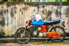 Circa buntem Motorrad des Klassikers mittlere 1960 und Weinlese Hondas von Japan stockbilder