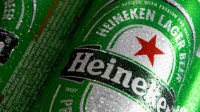 Circa Maart 2018 van Moskou, Rusland: Koude groene blikken populair Nederlands bier met Heineken-embleem het roteren stock videobeelden