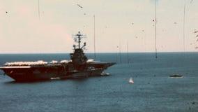 CIRCA 1965s - ein amerikanischer Marine-Flugzeugträger im Mittelmeer stock footage