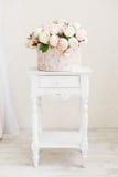 Circklevakje hoogtepunt van pioenbloemen op een houten lijst royalty-vrije stock afbeeldingen