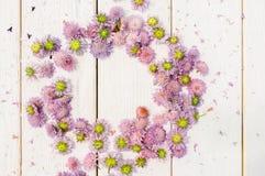 Circlet von Blumen auf weißem hölzernem Hintergrund Stockfotografie
