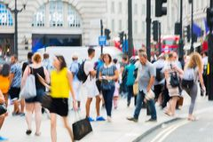 Circo de Piccadilly com lotes dos povos, dos turistas e dos londrinos cruzando a junção Londres, Reino Unido Imagem de Stock Royalty Free