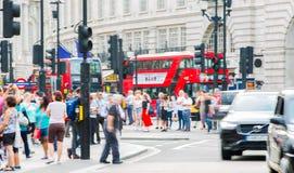 Circo de Piccadilly com lotes dos povos, dos turistas e dos londrinos cruzando a junção Londres, Reino Unido Fotos de Stock Royalty Free
