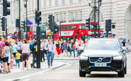 Circo de Piccadilly com lotes dos povos, dos turistas e dos londrinos cruzando a junção Londres, Reino Unido Imagens de Stock Royalty Free