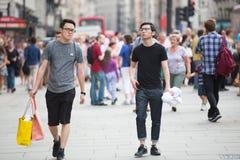 Circo de Piccadilly com lotes dos povos, dos turistas e dos londrinos cruzando a junção Londres, Reino Unido Imagens de Stock