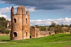 Circo di Massenzio torn och väggriuns in via appiaantica på Arkivfoton