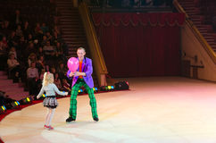 Circo di Mosca su ghiaccio durante il giro Pagliaccio con il pallone e la bambina Fotografia Stock