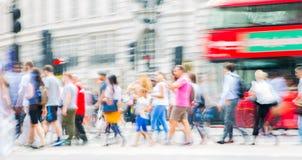 Circo di Piccadilly con i lotti della gente, dei turisti e dei londinesi attraversanti la giunzione Londra, Regno Unito Immagine Stock