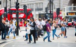 Circo di Piccadilly con i lotti della gente, dei turisti e dei londinesi attraversanti la giunzione Londra, Regno Unito Immagine Stock Libera da Diritti