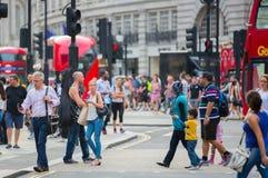 Circo di Piccadilly con i lotti della gente, dei turisti e dei londinesi attraversanti la giunzione Londra, Regno Unito Fotografie Stock