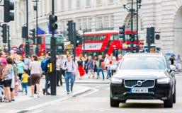 Circo di Piccadilly con i lotti della gente, dei turisti e dei londinesi attraversanti la giunzione Londra, Regno Unito Immagini Stock Libere da Diritti