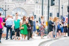 Circo di Piccadilly con i lotti della gente, dei turisti e dei londinesi attraversanti la giunzione Londra, Regno Unito Fotografia Stock