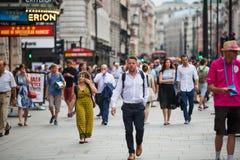 Circo di Piccadilly con i lotti della gente, dei turisti e dei londinesi attraversanti la giunzione Londra, Regno Unito Fotografia Stock Libera da Diritti