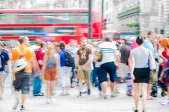 Circo di Piccadilly con i lotti della gente, dei turisti e dei londinesi attraversanti la giunzione Londra, Regno Unito Fotografie Stock Libere da Diritti