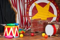 Circo entre bastidores en el estilo retro, maleta del tambor Interior imagen de archivo