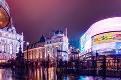 Circo y señales de neón de Piccadilly en la noche en Londres, Reino Unido fotografía de archivo