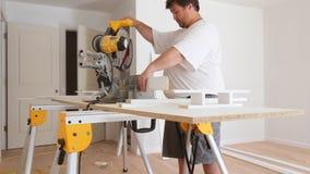 Circolare la lama per sega per il taglio del legno fatto di acciaio rapido sulla sega della tavola con la base di legno della seg video d archivio