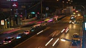 Circolazione nella città traffico di automobile alle strade trasversali stock footage