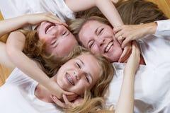Circolo famigliare della madre e delle sue ragazze sul pavimento Fotografia Stock