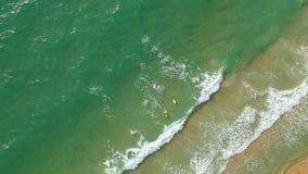 Circondando sopra il mare ed i surfisti stock footage