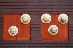 circondi il cappello dell'agricoltore su fondo di legno con le finestre Immagini Stock Libere da Diritti