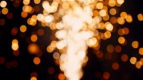 Circondi il fondo astratto delle luci di moto dei fuochi d'artificio dell'oro vago bokeh stock footage