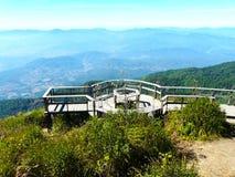 Ponte di legno del cerchio sulla montagna Immagini Stock