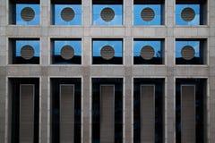 Circondi, rettangolo di stile della finestra nel modello della costruzione concreta Fotografia Stock Libera da Diritti
