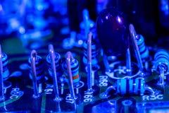 Circuit électronique bleu images stock