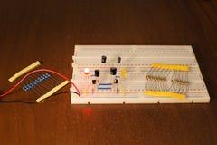 Circuit d'oscillateur sur le conseil de prototypage et le x28 ; breadboard& x29 ; photo stock