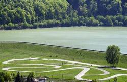 Circuit de course de Karting près de lac photo libre de droits