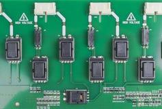 Circuitboard con los resistores, los microchipes y los componentes electrónicos Tecnología electrónica del hardware Communicati i fotografía de archivo libre de regalías