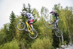 Circuite o campeonato no ciclismo do bmx, na velocidade máxima e no salto alto Fotografia de Stock Royalty Free