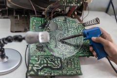 Circuiti elettronici osservati tramite una lente d'ingrandimento Fotografie Stock