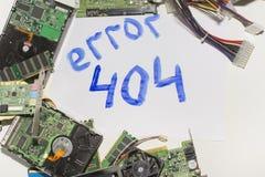 Circuiti elettronici su un fondo bianco, vista superiore, errore 404 dell'iscrizione Fotografie Stock