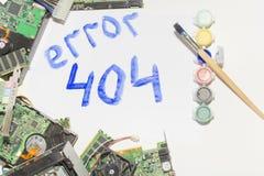 Circuiti elettronici su un fondo bianco, vista superiore, errore 404 dell'iscrizione Fotografia Stock Libera da Diritti