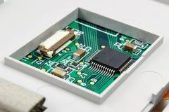 Circuito con i componenti elettronici installati nell'alloggio immagine stock