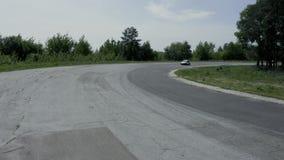Circuito de carreras con los coches el día soleado almacen de video