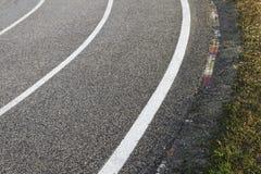 Circuito de carreras - pista de despeque, bordillo y tres líneas Fotografía de archivo