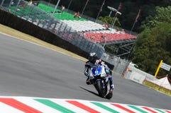 Circuito de MUGELLO - 13 de julio: Ben Spies Yamaha que compite con en la sesión de calificación de MotoGP Grand Prix de Italia,  Imágenes de archivo libres de regalías