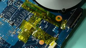 Circuito del computer di riparazione: eliminazione della banda del kapton video d archivio