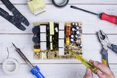 Circuito del controllo del meccanico con il tester elettrico screwdrive fotografia stock