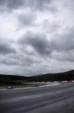 Circuito di corsa nuvoloso   fotografia stock libera da diritti