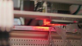 Circuito electrónico en máquina del superficie-montaje, visión inferior almacen de video