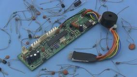 Circuito electrónico que gira en un fondo azul almacen de video